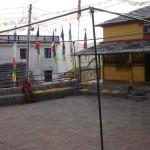 गुम्बाको यो फराकिलो चोक जहाँ आज राती नाचगान हुँदै छ।